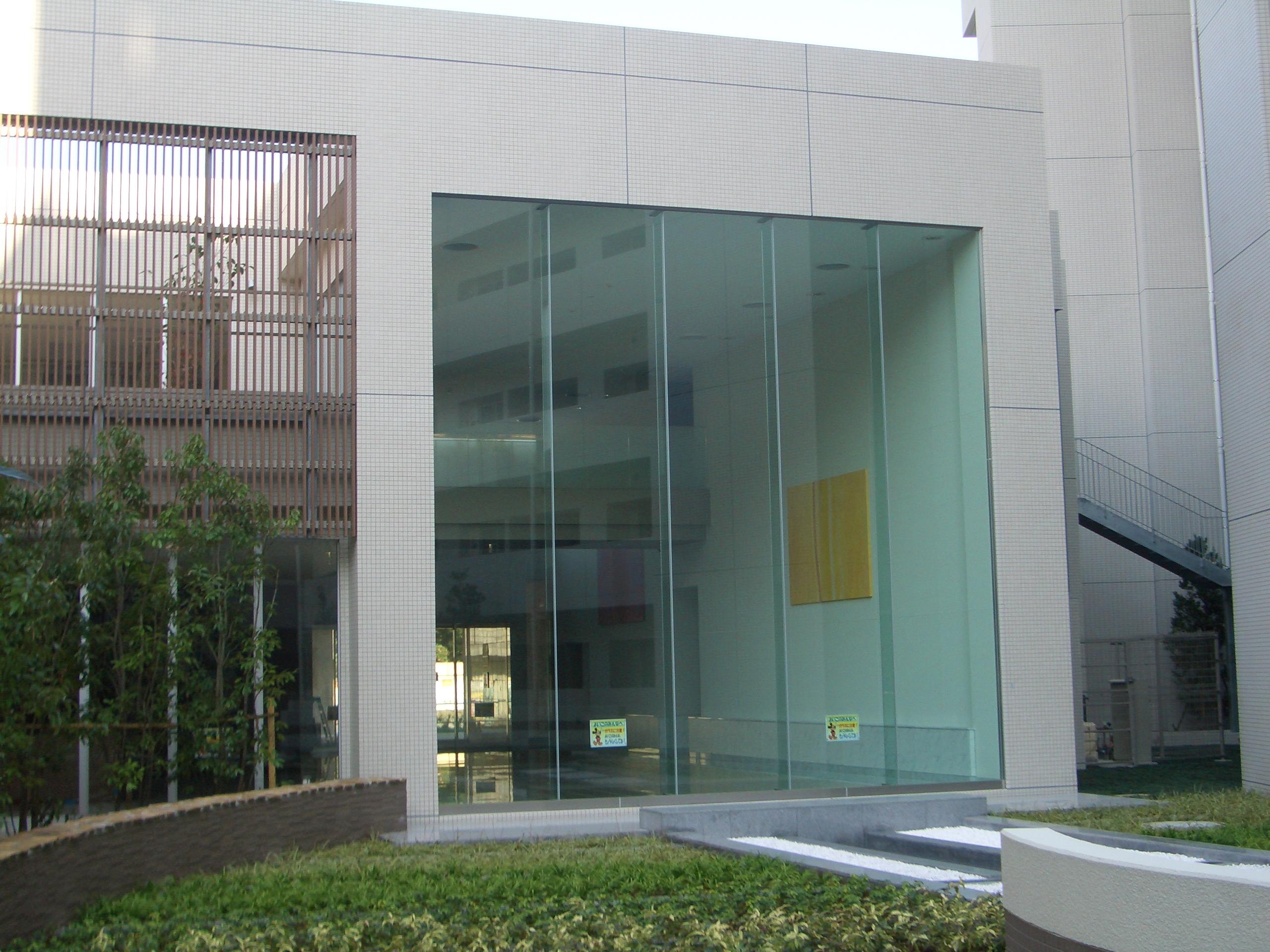 マンション エントランスホールの大きなガラス